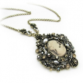 Luxury Queen's Photo Pendant Chain Necklace